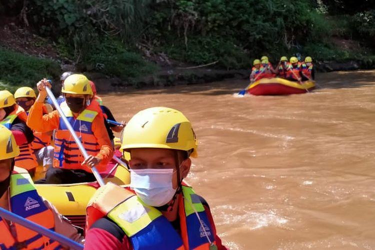 Petugas pemadam kebakaran Kota Depok bersama anggota komunitas serta relawan melakukan susur Sungai Ciliwung pada Jumat (23/10/2020) guna memetakan titik rawan longsor, sampah, hingga simulasi penyelamatan dengan protokol kesehatan Covid-19.
