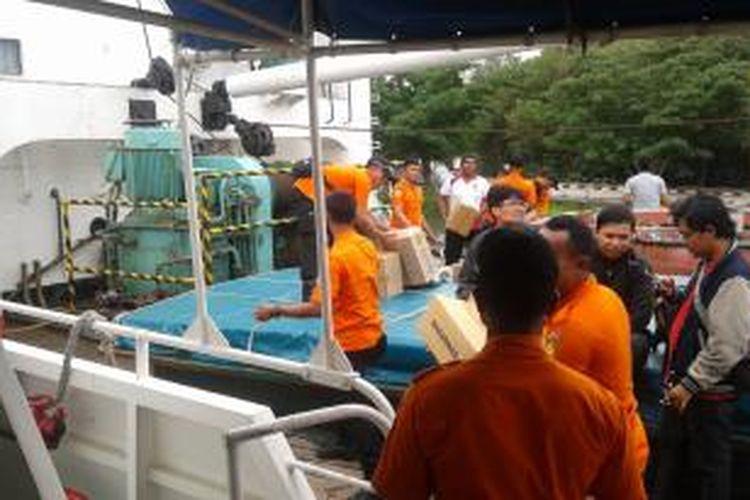 Tim Khusus Badan SAR Nasional di atas Kapal Motor 224 di Dermaga Kalijabat, Tanjung Priok, membawa sejumlah peralatan logistik sebelum berangkat menuju wilayah perairan Belitung Timur, guna melakukan pencarian Pesawat Air Asia dengan nomor penerbangan QZ 8501 yang hilang kontak dengan menara pengendali penerbangan, Minggu (28/12/2014).