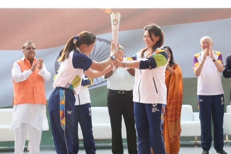 Peraih medali emas Olimpiade Barcelona 1992, Susy Susanti (kanan) menerima obor Asian Games 2018 dari peraih medali perunggu Olimpiade London 2012, MC Mary Kom (India) di India, Minggu (15/7/2018).