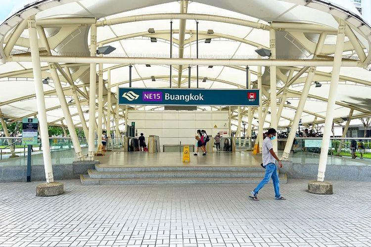 Warga yang memakai masker terlihat melintas di depan Stasiun MRT Buangkok, Singapura, Jumat siang (7/5/2021). Singapura akan kembali ke fase 2 melawan penyebaran pandemi Covid-19 mulai Sabtu (8/5/2021) setelah melonjaknya kembali kasus komunal virus corona.