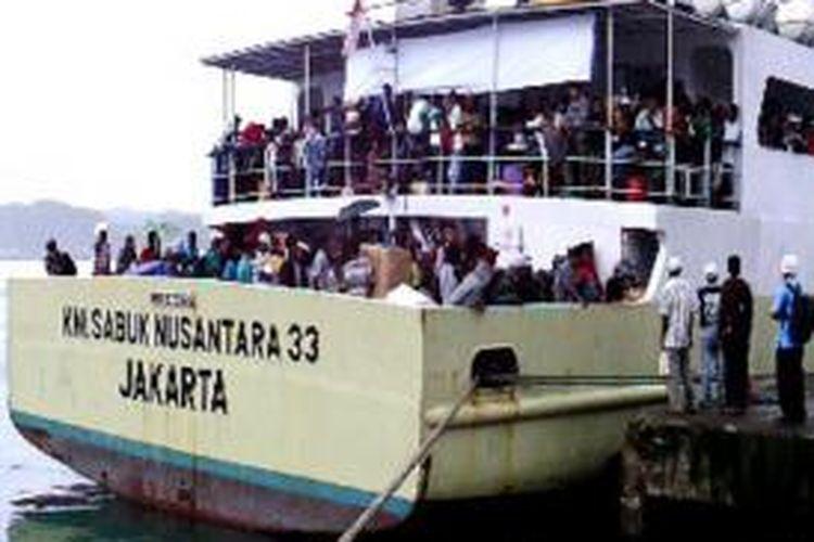 Ratusan penumpang kapal Sabuk Nusantara 33 dipaksa turun di Pelabuhan Yos Sudarso, Ambon, Maluku, karena melebihi kapasitas angkut kapal, Selasa (23/7/2013).