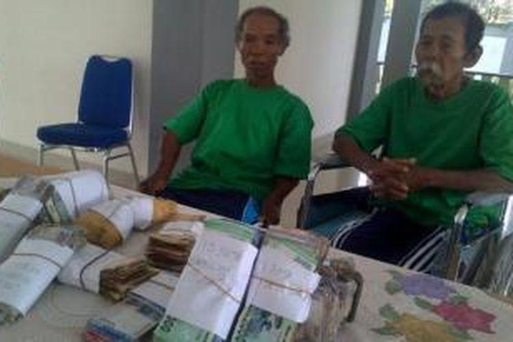 Walang (kiri) dan rekannya, Saaran, di Panti Sosial Bina Insan Bangun Daya 2, Cipayung, Jakarta Timur, Kamis (28/11/2013). Tampak uang hasil mereka mengemis.