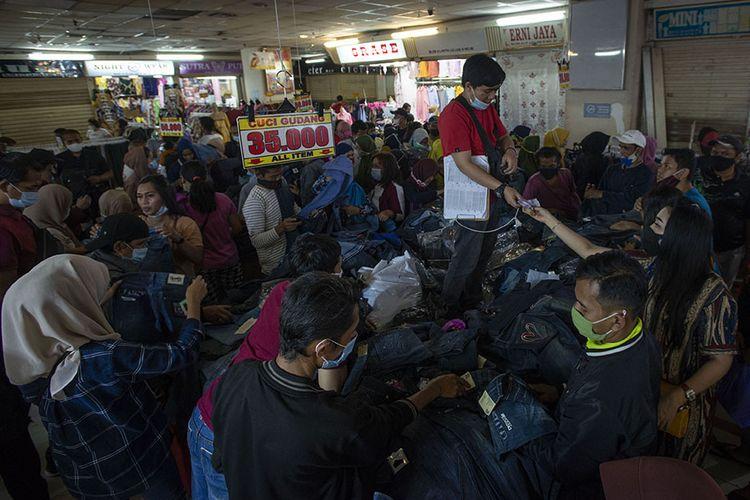 Sejumlah warga berbelanja pakaian di Blok B Pusat Grosir Pasar Tanah Abang, Jakarta Pusat, Minggu (2/5/2021). Gubernur DKI Anies Baswedan mengakui adanya lonjakan pengunjung di pusat tekstil terbesar se-Asia Tenggara tersebut, dari sekitar 35.000 pengunjung pada hari biasa menjadi sekitar 87.000 orang pada akhir pekan ini sehingga pihaknya menyiagakan sekitar 750 petugas untuk menjaga kedisiplinan protokol kesehatan untuk mencegah penularan COVID-19.