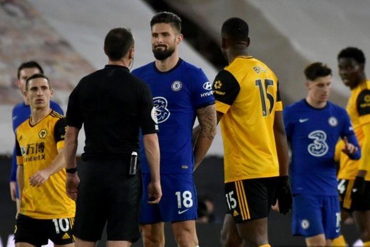 Olivier Giroud saat melakukan protes ke wasit pada laga pekan ke-13 Liga Inggris yang mempertemukan Wolves vs Chelsea di Stadion Molineux, Rabu (16/12/2020) dini hari WIB.