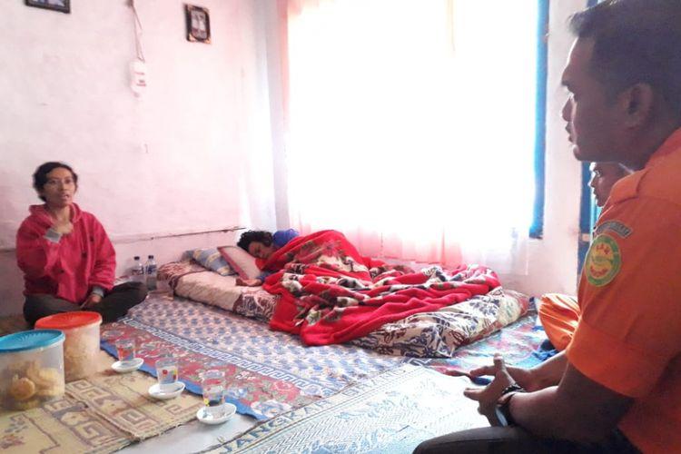 Nining Sunarsih sedang tertidur saat dikunjungi tim Basarnas di Kampung Cibunar, Desa Gede Pangrango, Kecamatan Kadudampit, Sukabumi, jawa Barat, Selasa (2/7/2018).