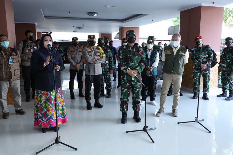 Panglima TNI Marsekal Hadi Tjahjanto saat meninjau pelaksanaan isoter di RSUD Al-Ihsan dan Wisma Atlet Jalak Harupat, Bandung, Jawa Barat, Sabtu (24/7/2021).