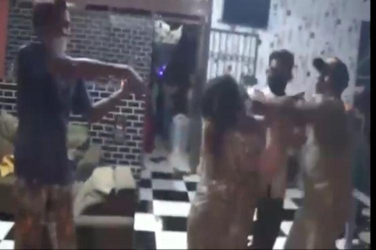 Oknum Satpol PP menganiaya pasangan suami isteri pemilik warung kopi saat menggelar razia PPKM di Kabupaten Gowa, Sulawesi Selatan. Rabu, (14/7/2021).