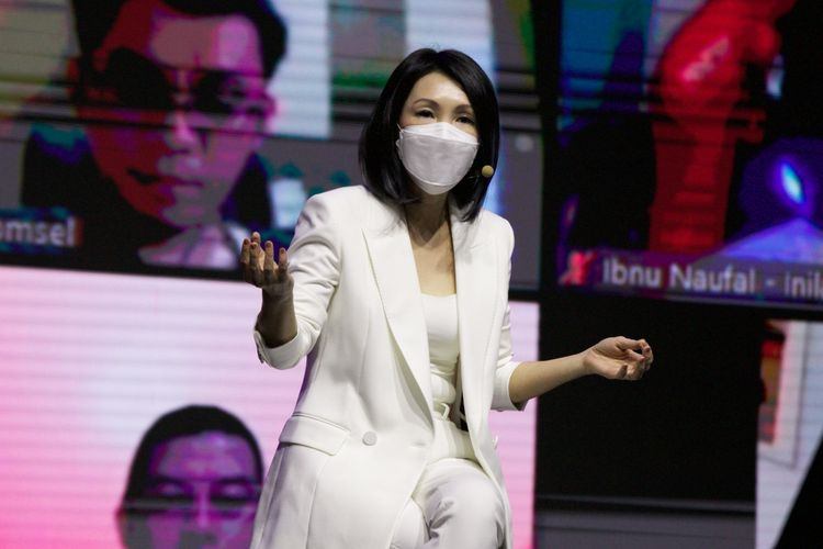 Director of Marketing Telkomsel, Rachel Goh menjelaskan logo baru Telkomsel.