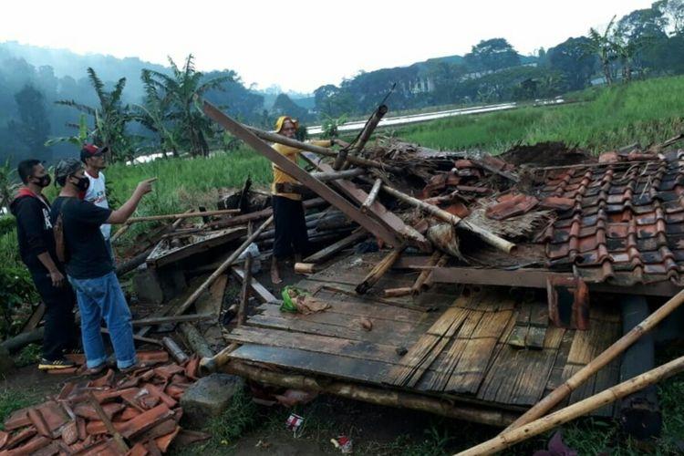 Kondisi saung di Kabupaten Cianjur, Jawa Barat, yang ambruk akibat angin kencang dan hujan deras serta menewaskan dua orang petani yang sedang berteduh, Minggu (11/4/2021).
