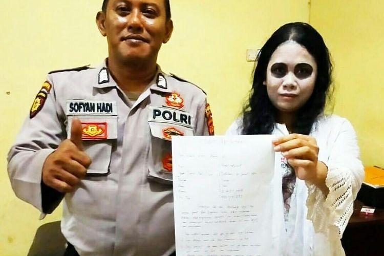 HE didampingi seorang petugas dari Satuan Sabhara Polres Banjarbaru, Kalsel memperlihatkan surat pernyataan untuk tidak lagi mengulangi perbuatannya, Rabu (18/3/2020).(Sabhara Polres Banjarbaru).