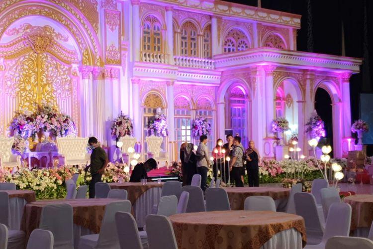 Persiapan resepsi nikahan putri Wakil Wali Kota Samarinda Muh Barkati di Gedung Convention Hall, Samarinda, Kalimantan Timur, Sabtu (21/3/2020).