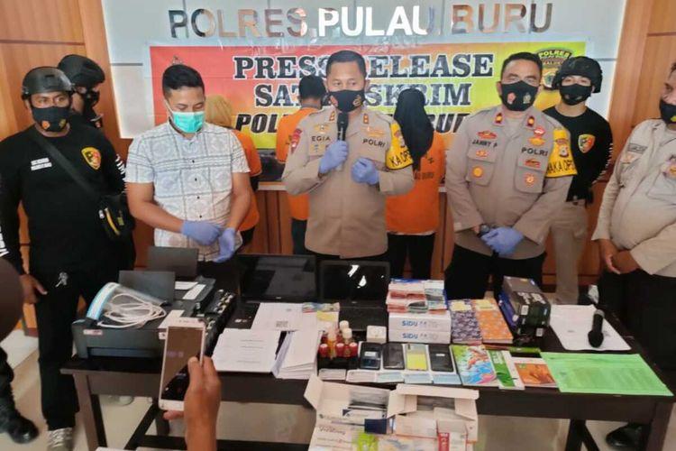 Aparat Polres Pulau Buru, Maluku membongkar sindikat pemalsuan surat hasil Rapid Antigen palsu, Jumat (11/6/2021). Dalam kasus itu polisi menangkap seorang oknum petugas Satpol PP dan dua pegawai apotik
