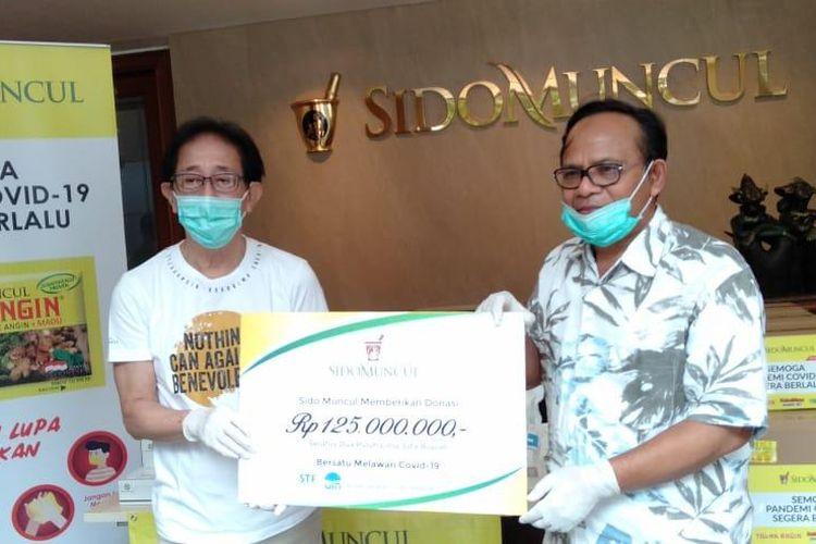 Direktur Sido Muncul Irwan Hidayat (kiri) menyerahkan bantuan penanggulangan wabah Covid-19 senilai Rp 125 juta kepada Rektor UIN Prof. Dr Komaruddin Hidayat, Rabu (22/4/2020)