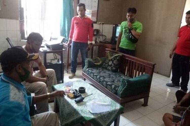 Anggota Sat Narkoba Polres Tegal Kota berkoordinasi dengan Kepala Lapas Kelas IIB Tegal setelah pihak lapas menemukan narkoba jenis sabu dan tembakau gorila, Sabtu (29/8/2020) (Dok. Lapas Tegal)