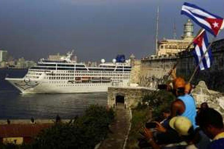 Kapal pesiar AS Adonia saat merapat di Pelabuhan Havana, Kuba, Senin (2/5/2016)