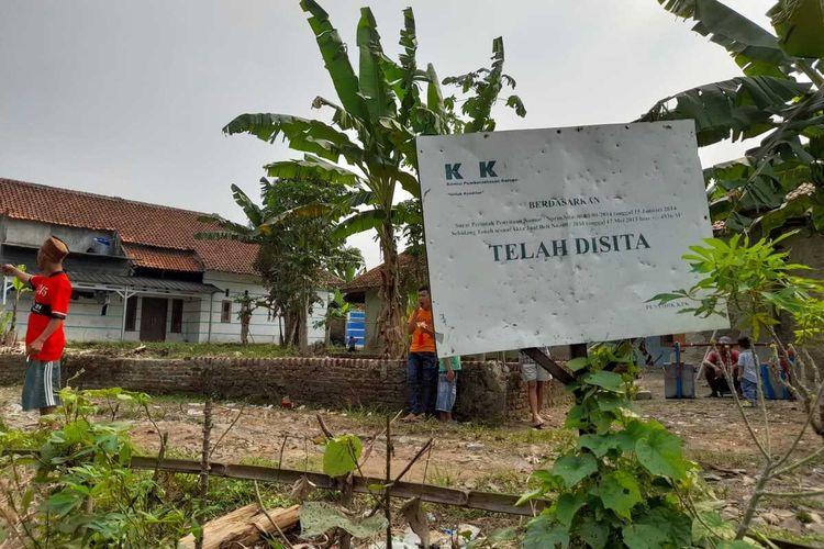Sebuah kampung di Kabupaten Lebak, Provinsi Banten, terisolasi setelah akses jalan utama diblokade oleh seorang yang mengklaim pemilik tanah.