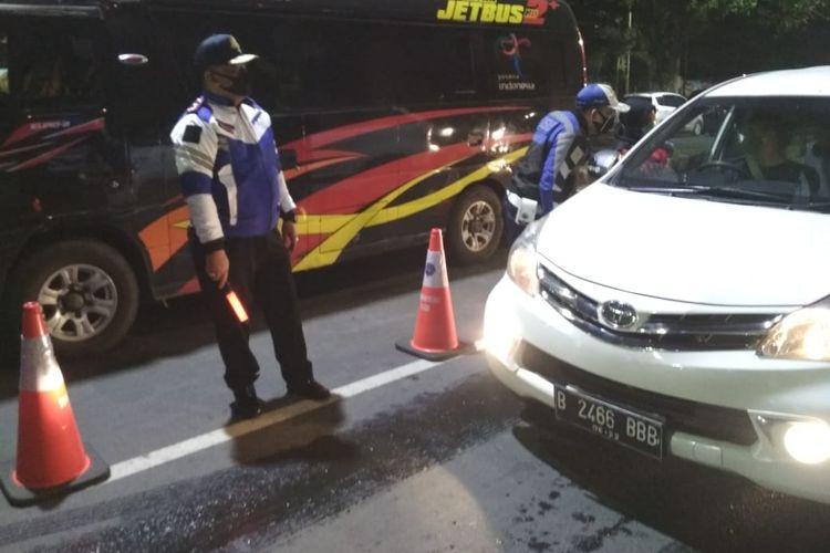 Pemeriksaan pengemudi kendaraan dari arah timur di pos pantau Plamongan, Semarang