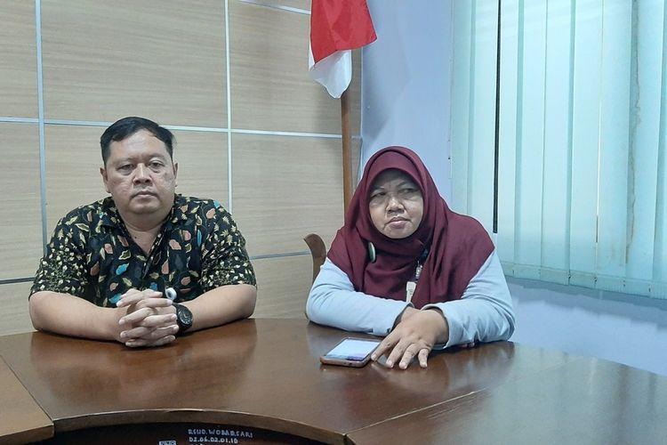 Kepala Bidang Pelayanan Medik dan Keperawatan RSUD Wonosari dr Triyani Heni Astuti (Jilbab) di RSUD Gunungkidul Jumat (10/1/2020)