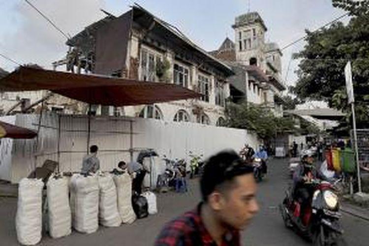 Salah satu gedung tua berada di Jalan Kali Besar Timur kawasan Kota Tua Jakarta, Selasa (31/3/2015). PT Jakarta Old Town Revitalization Corp akan merevitalisasi 17 gedung tua di kawasan itu dalam tenggat dua tahun. Total investasi untuk revitalisasi itu mencapai Rp 200 miliar.