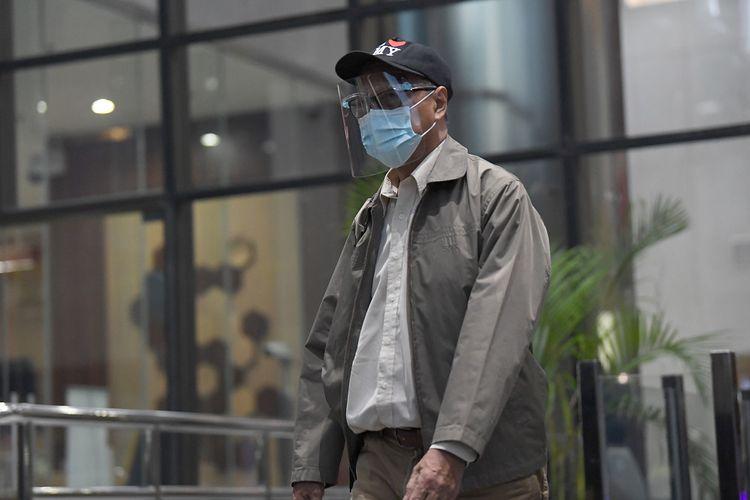 Tersangka kasus dugaan korupsi pengadaan paket penerapan Kartu Tanda Penduduk (KTP) Elektronik, Isnu Edhi Wijaya meninggalkan ruangan usai menjalani pemeriksaan di Gedung Komisi Pemberantasan Korupsi, Jakarta, Senin (2/11/2020). Mantan Dirut Perum Percetakan Negara (PNRI) tersebut diperiksa sebagai tersangka dalam kasus korupsi KTP Elektronik. ANTARA FOTO/Puspa Perwitasari/pras.