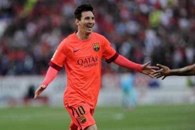 Salah satu aksi penyerang Barcelona Lionel Messi, pada pertandingan Primera Division, di Stadion Ramon Sanchez Pizjuan, Sevilla, 11 April 2015. Laga itu berakhir 2-2.