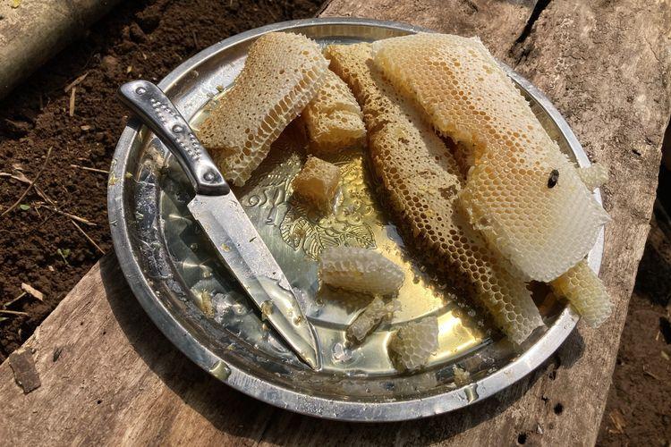 Tampilan madu yang baru saja dipotong dari salah satu frame sarang lebah dalam kotak ternak lebah madu di area budi daya lebah madu yang berada di lembah hutan kaki Gunung Pangrango di Desa Bojongmurni, Kecamatan Ciawi, Kabupaten Bogor, Minggu (23/5/2021).