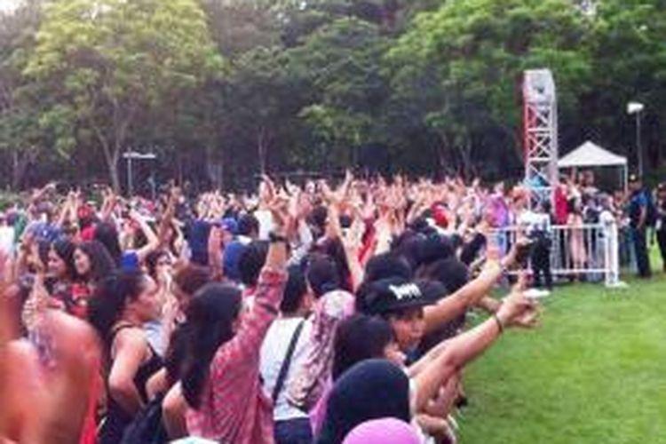 Para TKI yang memprotes karena tidak bisa memilih di Lapangan Victoria Park, Hongkong, Minggu (6/7/2014). Gambar diambil dari halaman Facebook Adian Napitupulu.