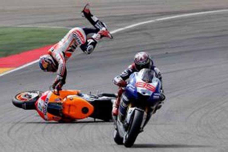 Pebalap Repsol Honda asal Spanyol, Dani Pedrosa (kiri) terjatuh di belakang pebalap Yamaha yang juga berasal dari Spanyol, Jorge Lorenzo, pada GP Aragon yang berlangsung di Sirkuit MotorLand, Minggu (29/9/2013).