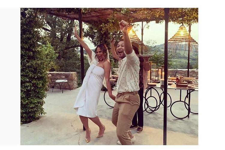 Chrissy Teigen berpose dengan sang suami, John Legend
