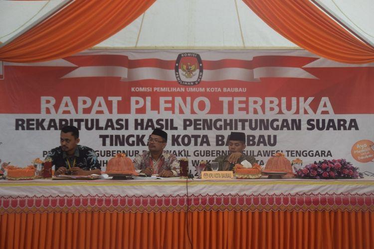 Tiga saksi dari pasangan calon walikota Baubau, sama-sama menolak hasil rekapitulasi penghitungan suara di tingkat KPU Baubau, Sulawesi Tenggara, Kamis (5/7/2018).