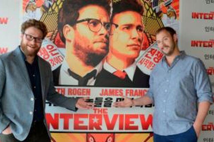 Aktor Seth Rogen dan sutradara Evan Goldberg berdiri di depan poster film terbaru mereka