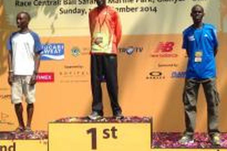 Tiga pelari Kenya (kiri-kanan), Elijah Mwaniki Mbogo, Kennedy Kiproo Lilan, dan Geoffrey Brigen, mendominasi podium nomor full marathon kategori open BII Maybank Bali Marathon, Minggu (14/9/2014).