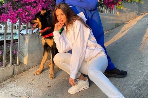 Gaya Serba Putih Emily Ratajkowski Beralas Sneaker Nike Air Max 90