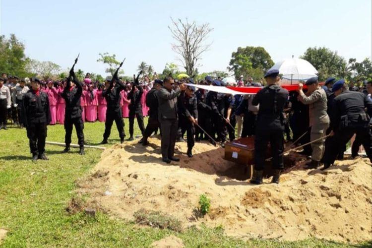 Jenazah Bripka Desri dimakamkan di Salido, Pesisir Selatan, Selasa (30/7/2019). (Dok: Sat Brimob Polda Sumbar)