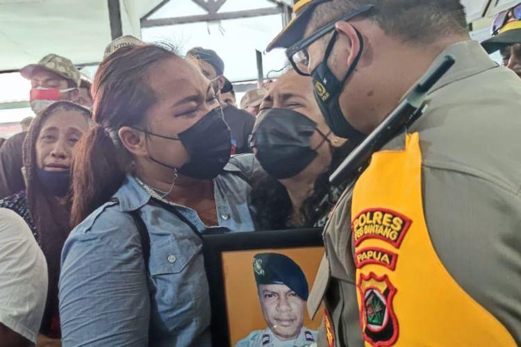 Kerabat Briptu Mario Sanoy menangis histeris ketika jenazah tiba di RS. Bhayangkara Jayapura, Papua, Sabtu (29/5/2021).