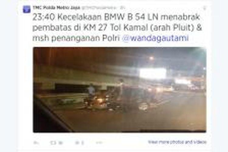 Sebuah mobil BMW bernomor polisi B 54 LN terlihat mengalami kecelakaan di Tol Bandara arah Pluit, Jakarta Utara, Kamis (14/8/2014) malam. Gambar diunggah ke Twitter oleh pemilik akun @wandagautami.