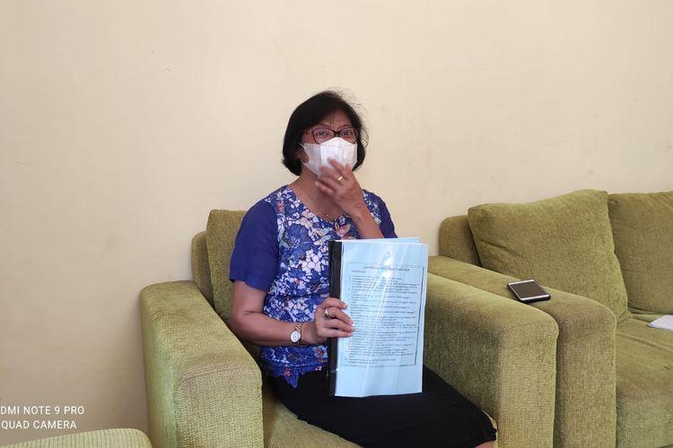 Mariantji Manafe, ibu rumah tangga asal Kelurahan Sikumana, Kecamatan Maulafa, KotaKupang, Nusa Tenggara Timur (NTT), saat memberikan keterangan persen kepada sejumlah wartawan di Kupang, Selasa (5/10/2021)