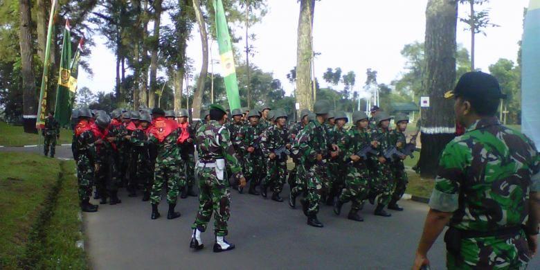 Para prajurit TNI Angkatan Darat mengikuti lomba peleton tangkas di Komplek Akmil Magelang, Selasa (9/8/2015).