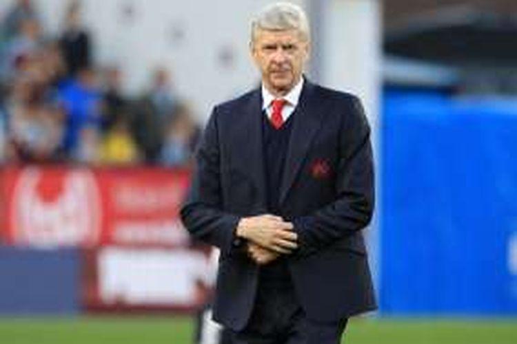 Salah satu ekspresi Arsene Wenger saat mendampingi Arsenal dalam pertandingan Premier League melawan Burnley di Turf Moor pada Minggu (2/10/2016).