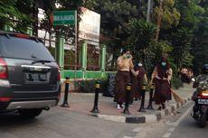 Siswa Sekolah Bantu Bersihkan Sampah Bekas Demo yang Berujung Rusuh