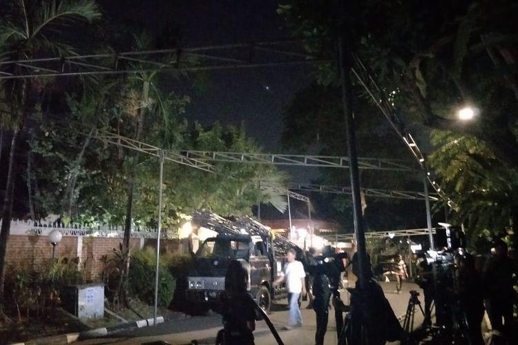 Petugas mendirikan tenda di rumah duka Presiden ketiga RI Bacharuddin Jusuf Habibie di Jalan Patra Kuningan XIII, Kuningan Timur, Jakarta Selatan, Rabu (11/9/2019) malam.