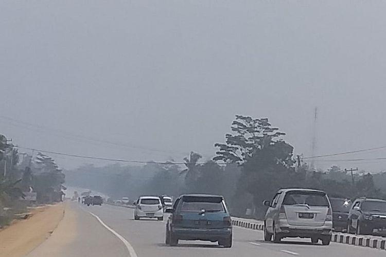 Kabut asap cukup pekat di jalan lintas Riau-Sumbar, tepatnya di jalur dua perbatasan Kota Pekanbaru dan Kabupaten Kampar, Minggu (18/8/2019) siang.
