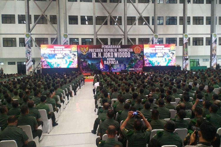 Presiden RI Joko Widodo memberikan pengarahan kepada 4.555 orang Bintara Pembina Desa (Babinsa) dari seluruh Indonesia di hanggar PT Dirgantara Indonesia (DI), Jalan Pajajaran, Kota Bandung, Selasa (17/5/2018).