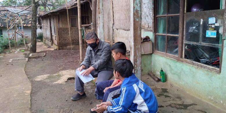 Iwan Ardie Priyana, guru di SMPN 1 Nagreg dan SMP YP 17 Nagreg Kab. Bandung, Jawa Barat berbagi kisah pengalamannya kepada Kompas.com (1/5/2020) sebagai Guru Kunjung saat mengunjungi beberapa siswanya.