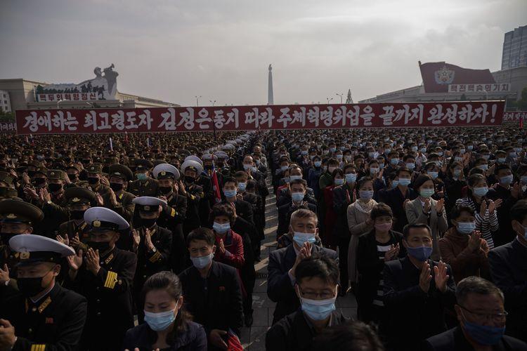 Para peserta mengenakan masker berkumpul dalam aksi Kampanye 80 Hari di Lapangan Kim Il Sung, Pyongyang, Korea Utara, pada 12 Oktober 2020 sebagai bentuk dukungan kepada pemerintah.