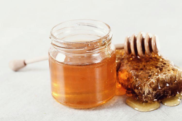 Ilustrasi madu dalam stoples.