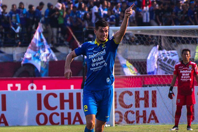 Bek Persib Bandung, Nick Kuipers (biru).