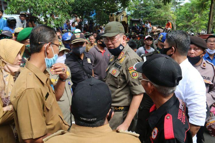 Sekretaris Kota Samarinda Sugeng Chairuddin saat adu mulut bersama warga di tepi Sungai Karang Mumus, Samarinda, Kaltim, Selasa (7/7/2020).