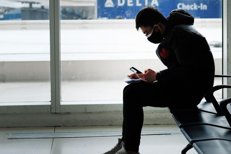 Penumpang mengenakan masker di ruang tunggu yang nyaris kosong di Bandara Internasional John F Kennedy, New York, 31 Januari 2020. Kecemasan kian meningkat menyusul penyebaran virus corona yang semakin luas.