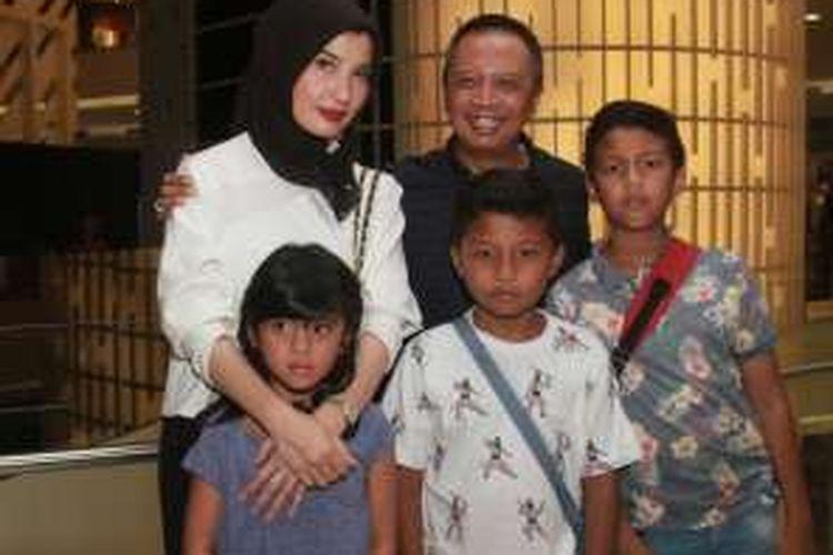 Arzeti Bilbina dan keluarga di Senayan City, Jakarta Pusat, Senin (17/4/2016)